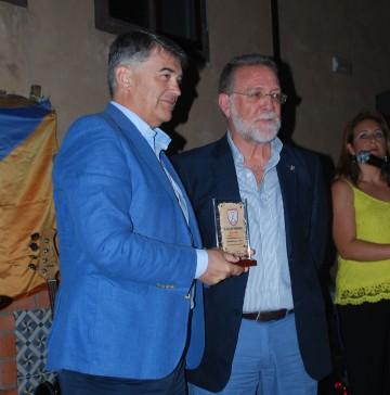 Enrique de Juan recibe el recuerdo en nombre de RICO BUS